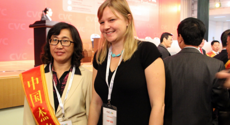 Professor Fei Rong Mei zusammen mit Heather Bacon, Veterinary Welfare Education and Outreach Manager, Jeanne Marchig International Centre for Animal Welfare Education