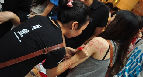 Paws graffiti: body art of cat faces attracts a lot of young followers.